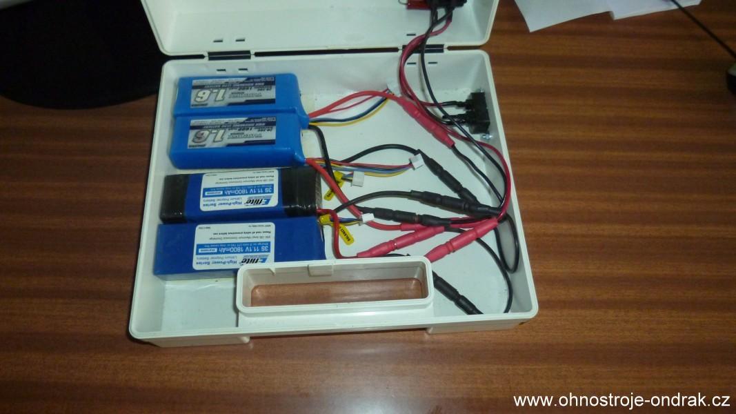 Externí zdroj - pohled na čtyři LiPo baterie