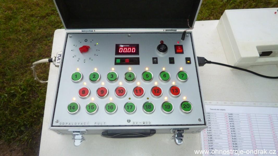 Odpalovací pult se zapnutou kontrolou jednotlivých odpalovacích okruhů