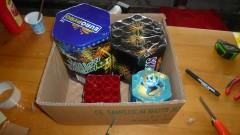 přiloepené a usazené kompakty v krabici